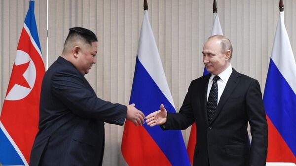 Президент РФ Владимир Путин и председатель Госсовета Корейской Народно-Демократической Республики Ким Чен Ын (слева) во время встречи