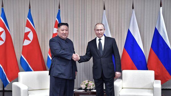 Президент РФ Владимир Путин и председатель Госсовета КНДР Ким Чен Ын во время встречи на острове Русский