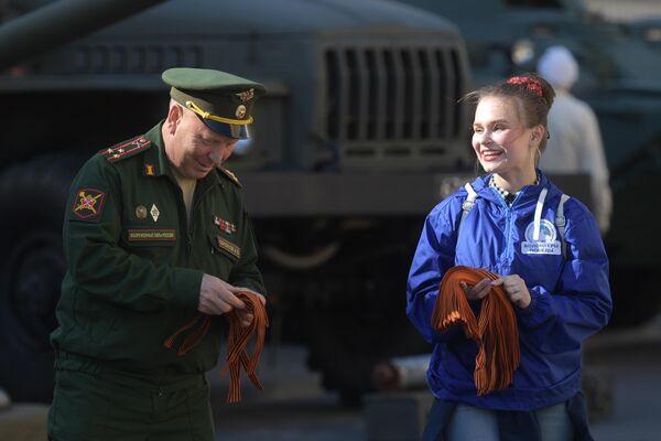 Волонтер раздаёт георгиевские ленточки в Санкт-Петербурге в рамках ежегодной акции Георгиевская ленточка, посвященной 74-й годовщине Победы в Великой Отечественной войне