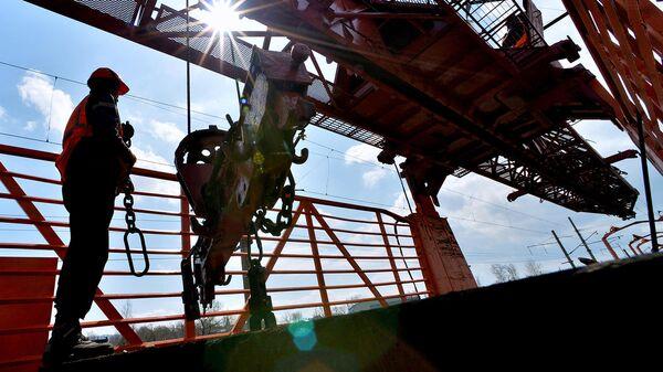 Рабочий во время ремонта на железной дороге