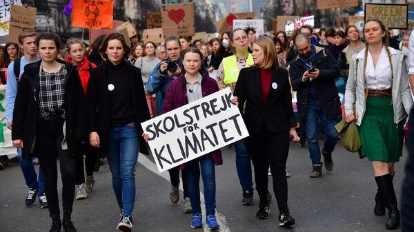 Шведская активистка Грета Тунберг с единомышленниками во время акции против изменения климата в Брюсселе, Бельгия