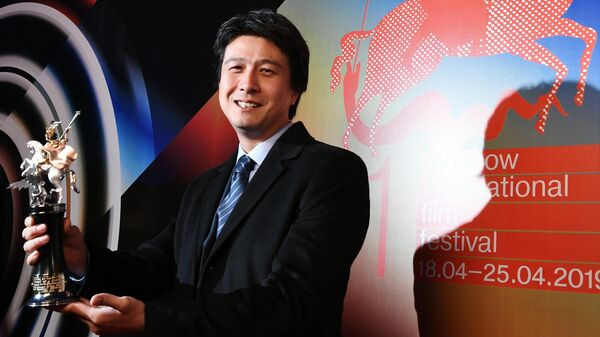 Режиссер Фархат Шарипов с наградой за фильм Тренинг личностного роста во время церемонии закрытия 41-го ММКФ в Москве.