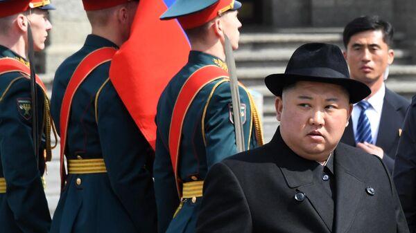 Лидер КНДР Ким Чен Ын во время торжественной церемонии отъезда на железнодорожном вокзале Владивостока