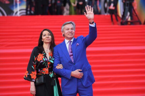 Член комитета Совета Федерации РФ по обороне и безопасности Алексей Пушков с супругой Ниной во время церемонии закрытия 41-го ММКФ в Москве