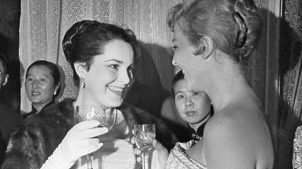 Советская актриса Элина Быстрицкая и актриса из Франции Николь Курсель беседуют на приеме в день открытия Первого Московского международного кинофестиваля