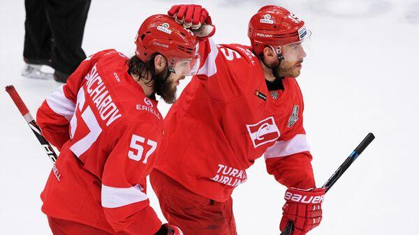 Хоккеисты Спартака Максим Гончаров и Мартиньш Карсумс (справа)