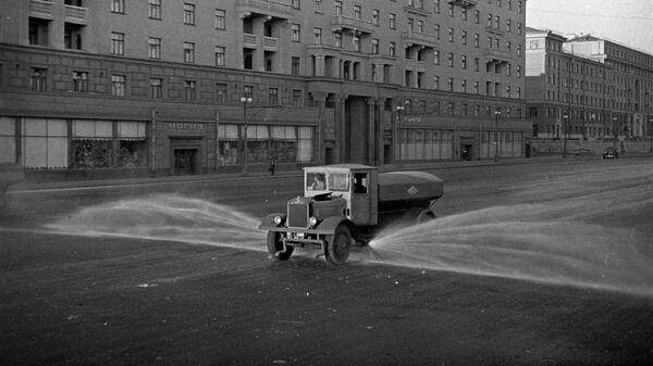 Работа уборочной техники ранним утром на улицах Москвы. 1938 год.