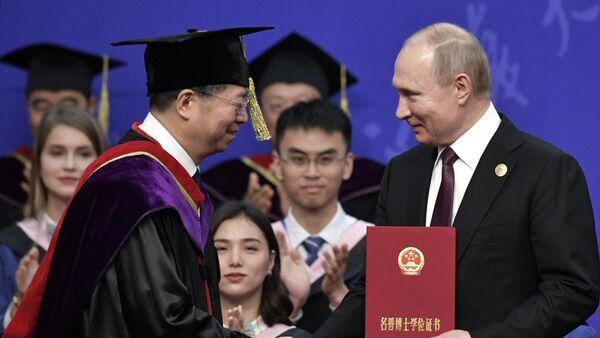 резидент РФ Владимир Путин на церемонии вручения диплома почетного доктора Университета Цинхуа в Пекине