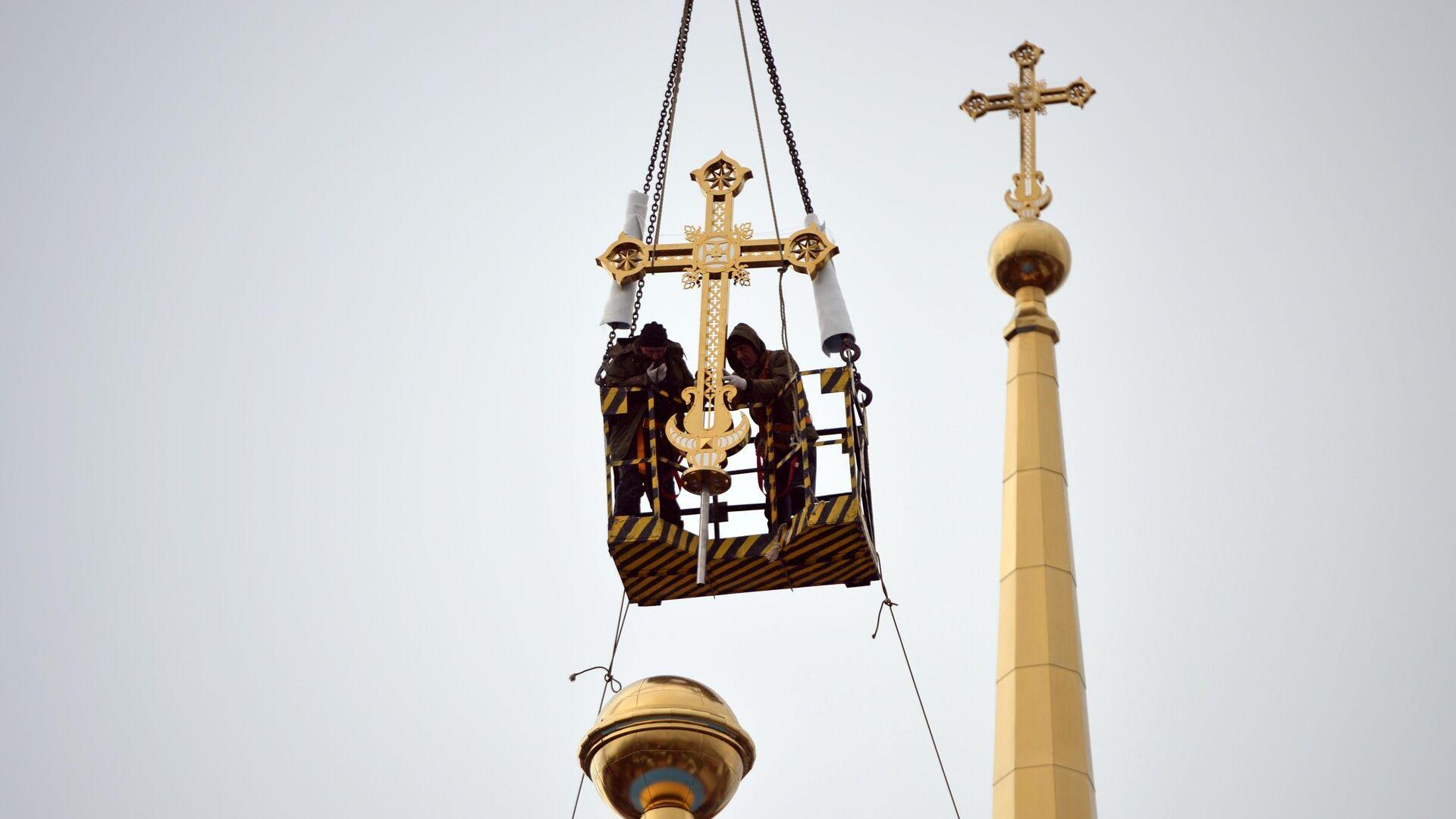Установка крестов на купол Успенского собора в Екатеринбурге - РИА Новости, 1920, 19.07.2021