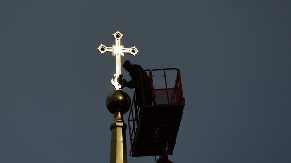 Установка креста на шпиль Успенского собора в Екатеринбурге