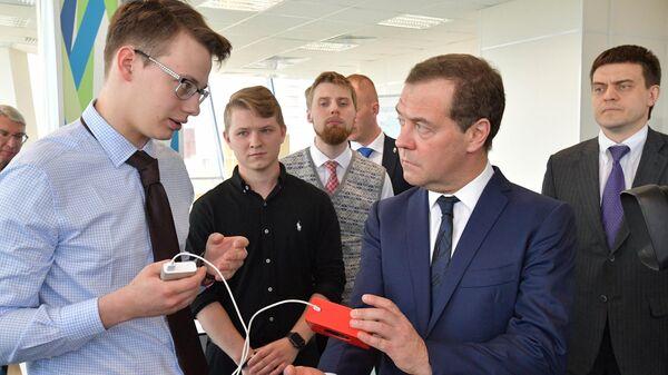 Председатель правительства РФ Дмитрий Медведев во время посещения МФТИ. 26 апреля 2019