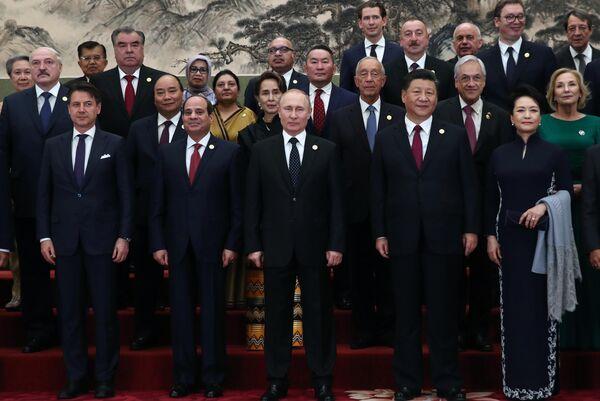 Президент РФ Владимир Путин и председатель Китайской народной республики (КНР) Си Цзиньпин на церемонии фотографирования глав делегаций стран-участниц второго форума международного сотрудничества Один пояс - один путь в Пекине