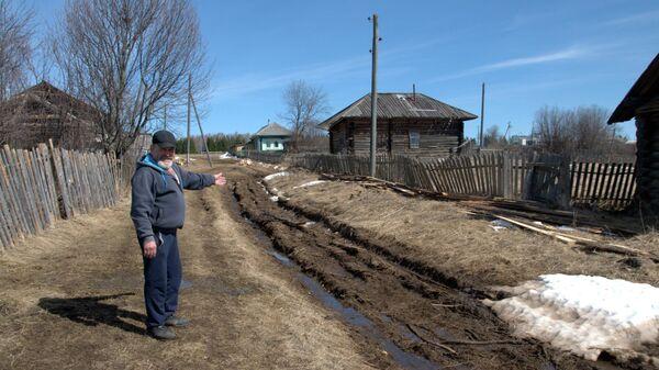 Василий Ярков рядом с дорогой в деревне Пруддор Кудымкарского района Пермского края