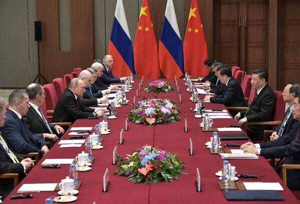 Президент РФ Владимир Путин и председатель Китайской народной республики (КНР) Си Цзиньпин во время встречи в Пекине
