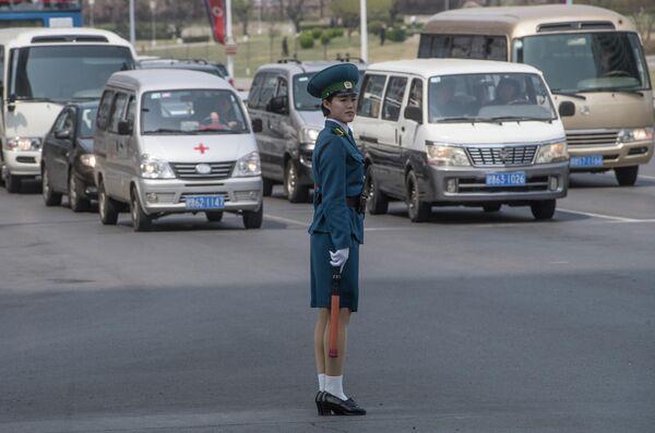 Регулировщица на одном из перекрестков в Пхеньяне