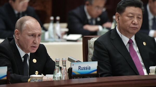 Президент РФ Владимир Путин и председатель КНР Си Цзиньпин на церемонии официальной встречи глав делегаций стран-участников второго форума международного сотрудничества Один пояс - один путь в Пекине. 27 апреля 2019