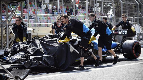 Болид пилота Уильямса Джорджа Расселла после аварии на первой практике Гран-при Азербайджана