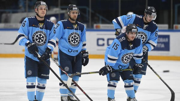 Хоккеисты Сибири Никита Михайлов, Егор Миловзоров, Максим Казаков и Алексей Яковлев (слева направо)