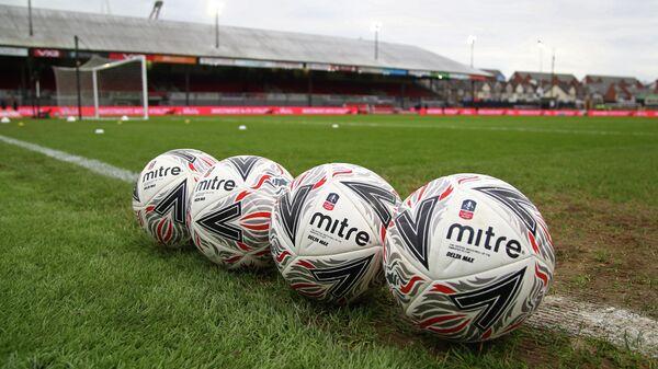 Футбольные мячи на стадионе в Англии