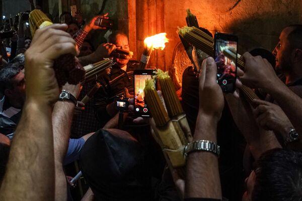 Верующие празднуют схождение Благодатного огня в храме Гроба Господня в Иерусалиме