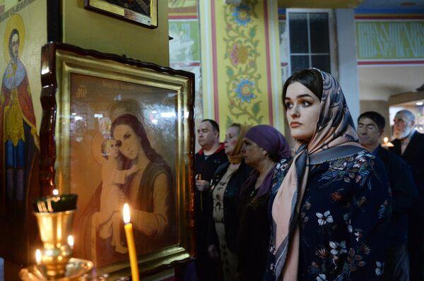Верующие во время пасхальной службы в храме Михаила Архангела в Грозном