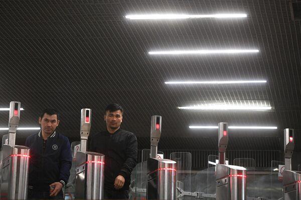 Пассажиры московского метро проходят через турникеты на станции Октябрьское Поле
