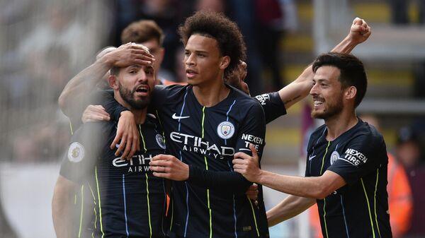 Футболисты Манчестер Сити радуются забитому мячу в ворота Бернли