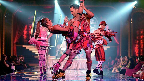 Артисты цирка Cirque du Soleil во время показа номера из программы Баззар в Мумбаи, Индия