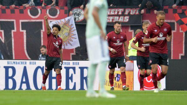 Футболисты Нюрнберга радуются забитому мячу в ворота Баварии