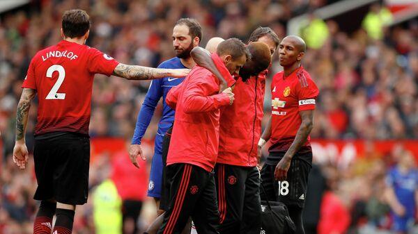 Защитник Манчестер Юнайтед Эрик Байи покидает поле