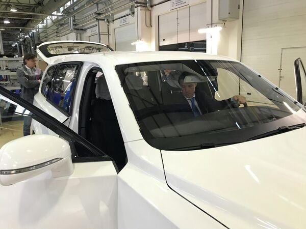 Министр промышленности и торговли РФ Денис Мантуров за рулем внедорожника Аурус Комендант