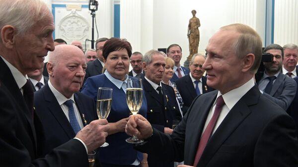 Президент РФ Владимир Путин после церемонии вручения медалей Герой Труда Российской Федерации