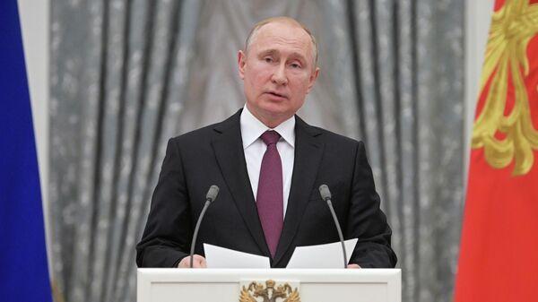Президент РФ Владимир Путин выступает на церемонии вручения медалей Герой Труда Российской Федерации