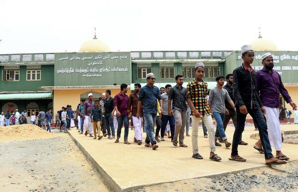Мусульмане выходят из мечети после молитвы в Каттанкуди, Шри-Ланка