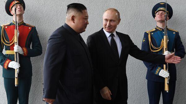 Президент РФ Владимир Путин и председатель Госсовета КНДР Ким Чен Ын во время официальной церемонии встречи на острове Русский. 25 апреля 2019
