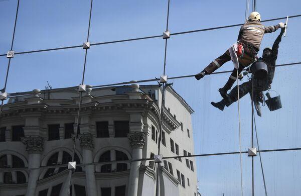 Мойка окон на фасаде здания гостинично-делового центра Лотте Плаза в Москве