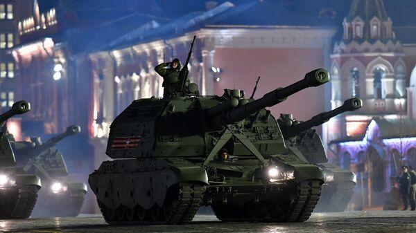 Самоходные артиллерийские установки (САУ) Мста-С на репетиции военного парада на Красной площади