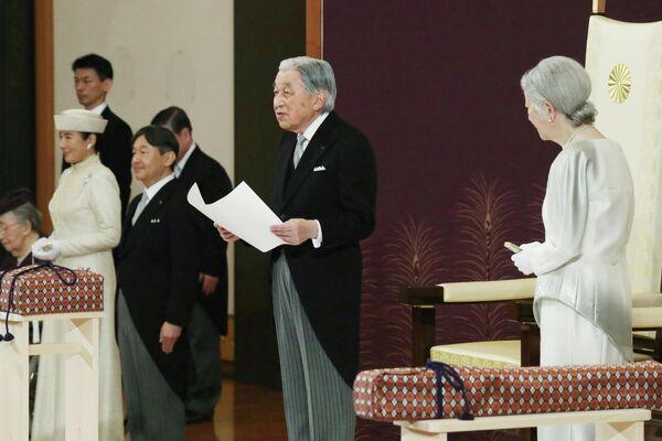 Император Японии Акихито и императрица Мичико во время церемонии отречения в Императорском дворце в Токио