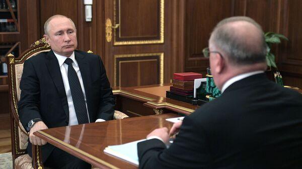 Владимир Путин и председатель правления и президент ПАО Транснефть Николай Токарев во время встречи. 30 апреля 2019
