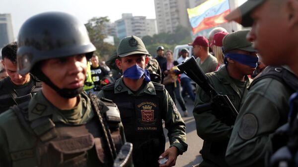 Военные рядом с авиабазой La Carlota в Каракасе. 30 апреля 2019