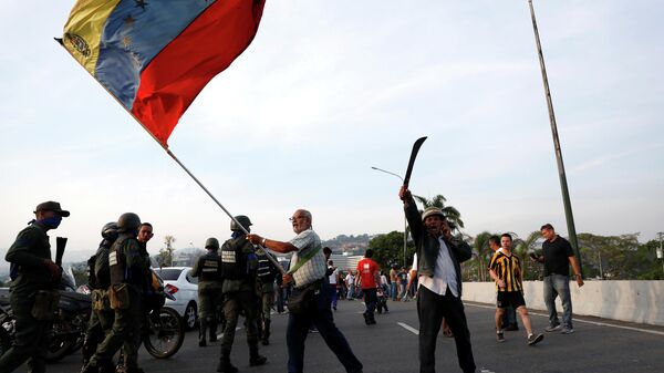 Сторонник оппозиции с венесуэльским флагом возле авиабазы La Carlota в Каракасе. 30 апреля 2019