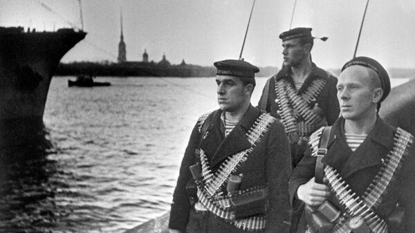 Великая Отечественная война 1941-1945 гг. Моряки Балтийского флота на набережной Девятого Января (ныне - Дворцовая набережная) Ленинграда. Защитники города в дни блокады