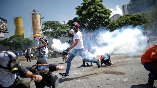 Беспорядки рядом с авиабазой La Carlota в Каракасе. 30 апреля 2019