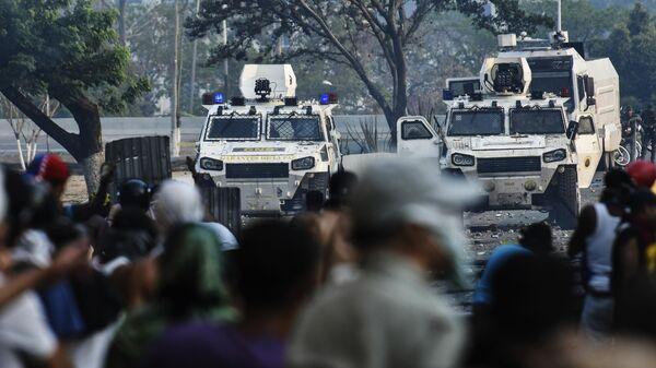 Столкновение протестующих с Национальной гвардией Венесуэлы в Альтамире, районе Каракаса