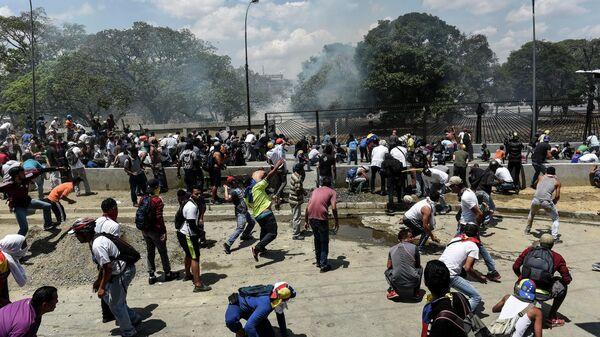 Сторонники оппозиции на шоссе Франсиско Фахардо перед аэропортом Каракаса во время столкновения с Национальной гвардией Венесуэлы