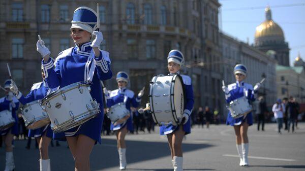 Участники первомайской демонстрации в День международной солидарности трудящихся в Санкт-Петербурге