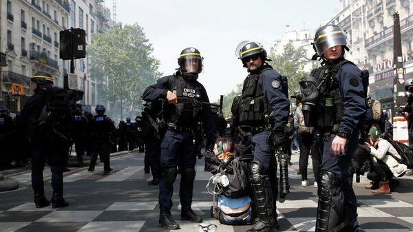 Сотрудники полиции во время первомайской демонстрации движения желтых жилетов в Париже