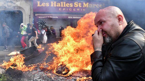 Уличных беспорядки во время первомайской демонстрации движения желтых жилетов в Париже