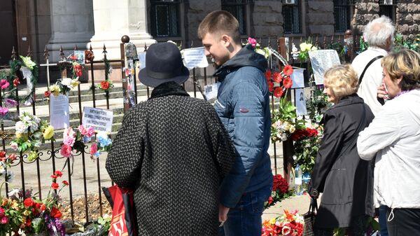 Жители Одессы возлагают цветы на Куликовом поле во время траурных мероприятий, посвященных годовщине трагических событий 2 мая 2014 года