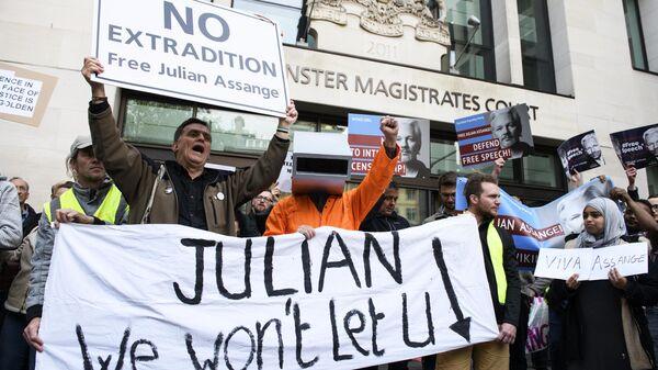 Участники акции в поддержку основателя WikiLeaks Джулиана Ассанжа у здания Вестминстерского мирового суда в Лондоне. 2 мая 2019